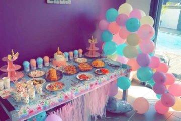 Décoration d'anniversaire aux couleurs de l'arc en ciel