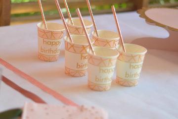 Comment décorer une table d'anniversaire rose gold ?