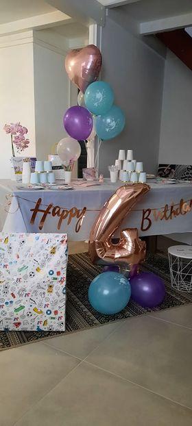 Comment décorer une table de gâteau d'anniversaire fille