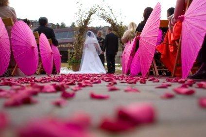 en accord avec votre thme de dcoration mariageca peut trs bien tre le coussin dalliance les panier pour le lancer de ptales les ombrelles - Panier Pour Petale Mariage